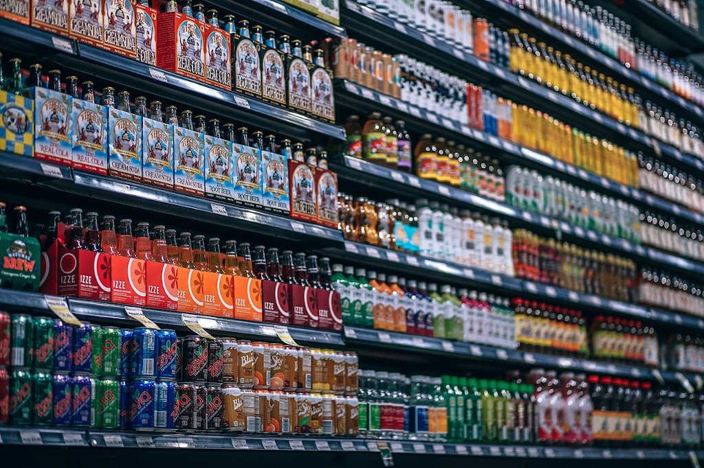 les métiers de la grande distribution en entrepôt gèrent le stock